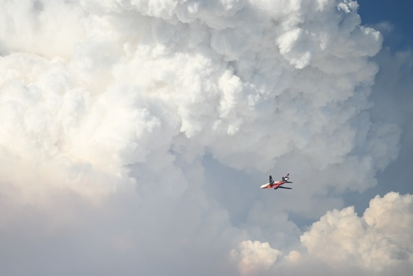 A firefighting plane heads into the Bootleg Fire's weather system on July 15. (Justin Yau)
