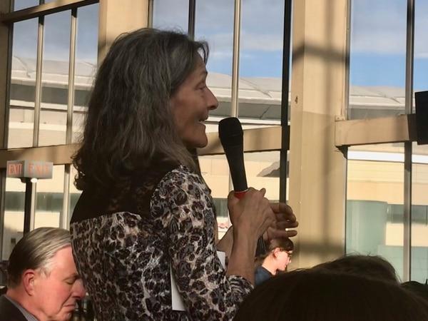 Jan Zuckerman questions the mayor. (WW staff)
