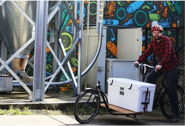 Base Camp Brewingowner Ross Putnamdelivers beer via acustom-built cargo bikethat hauls a 30-inchwidecooler. (WW Staff)