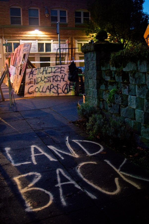 Red House Eviction Defense barricades. (Mick Hangland-Skill)