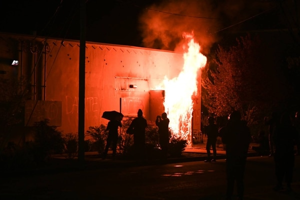 Reporters and streamers document the Portland Police Association on fire. (Justin Yau)