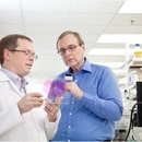 Paul G. Allen studies a brain sample with Allen Institute for Brain Science CEO Allan Jones. (jasonatvulcan / Wikimedia Commons)