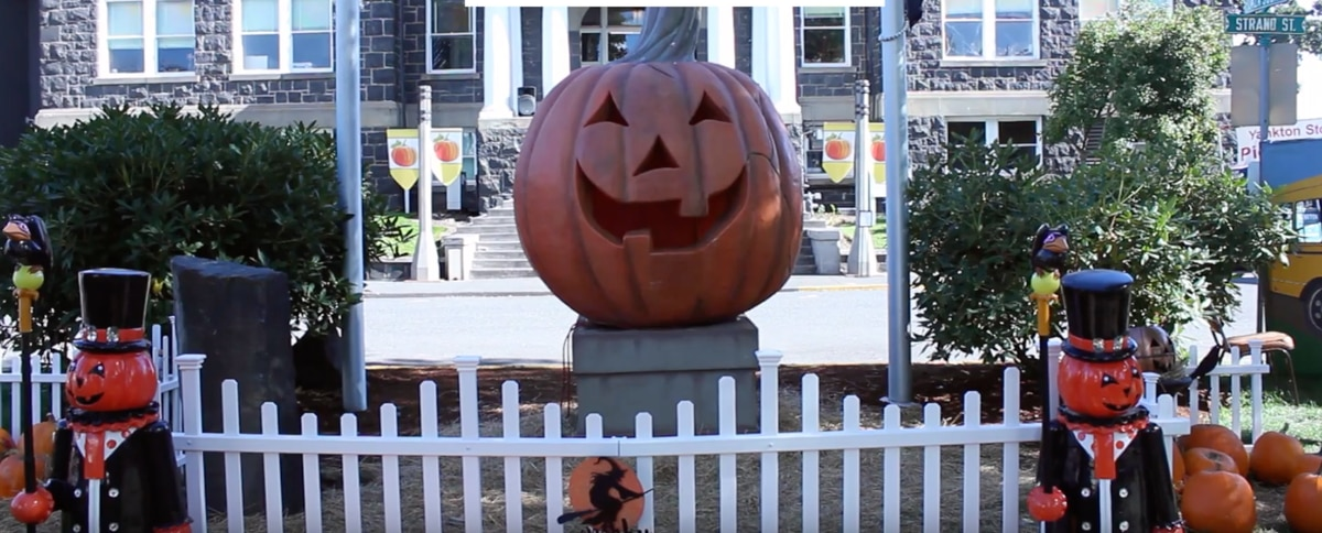 """VIDEO: Every October, A Tiny Oregon Town Turns Into """"Halloweentown ..."""