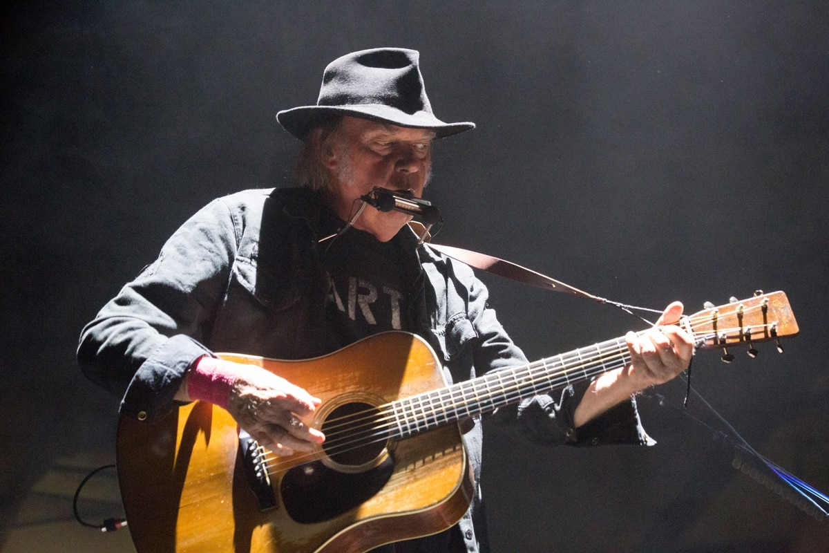 Concert Review Neil Young At Chiles Center 107 Willamette Week