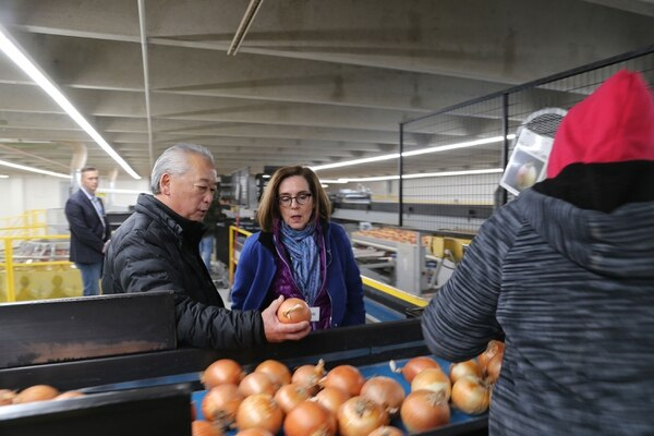 Gov. Kate Brown visits Ontario, Ore., where she meets with Grant Kitamura, an onion grower and part of the group that hired Smith for the Nyssa rail project. (Office of the governor.)