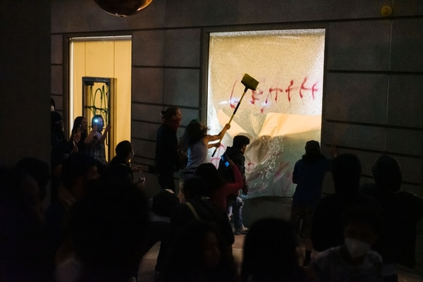 Protesters smashed in windows of the Multnomah County Justice Center shortly after 10 pm. (Alex Wittwer)