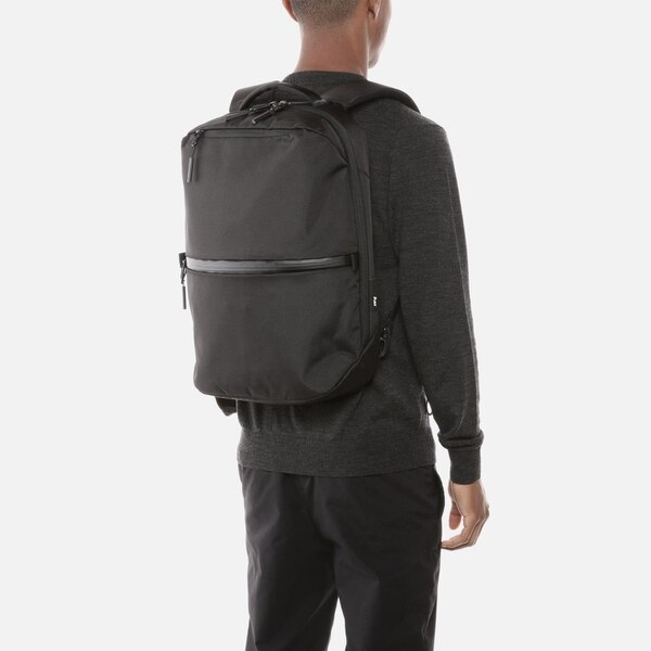 This bag sits perfectly across my back. (Aer)