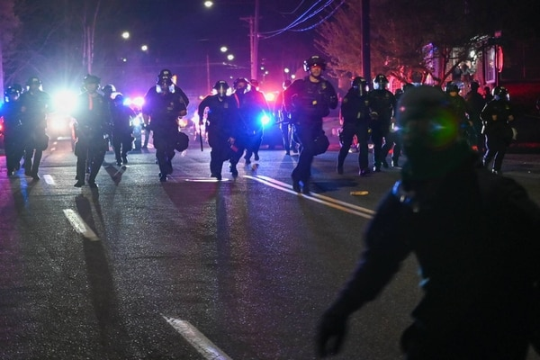 Portland police rush protesters. (Justin Yau)