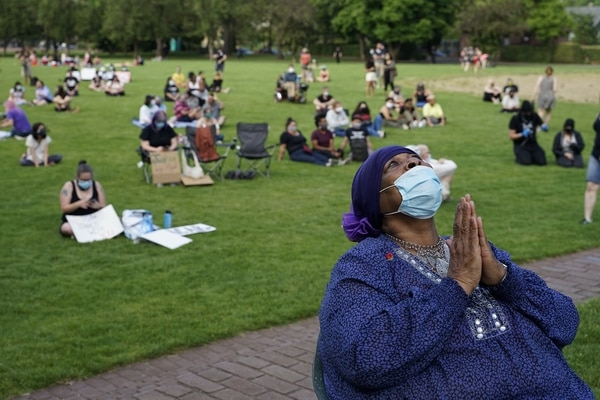 Mariah Taylor prays for her late son at a vigil for George Floyd in Peninsula Park on May 29, 2020. (Alex Wittwer)